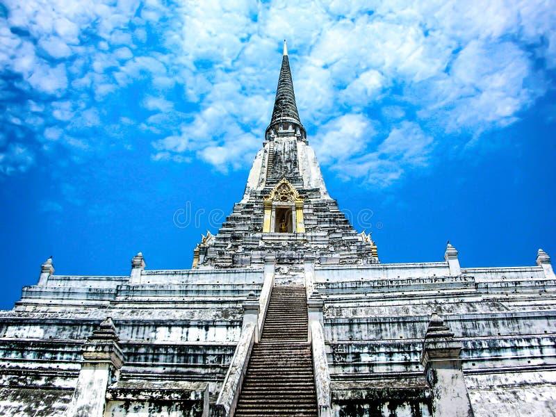 La cinghia di Chedi Phukhao, grande pagoda nel parco storico di Ayutthaya, Ayutthaya Tailandia, ha designato un sito del patrimon fotografie stock