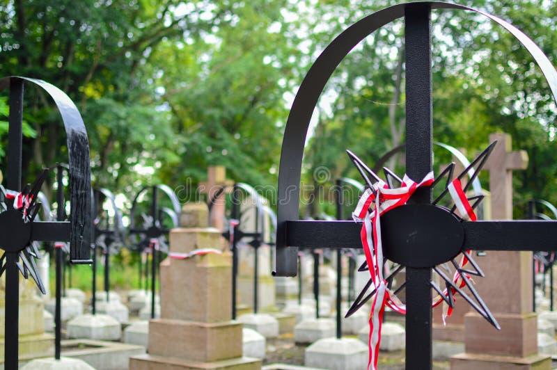 La cinta con colores nacionales de Polonia ató hasta la vieja cruz en el cementerio Concepto de la sublevación de Varsovia fotos de archivo
