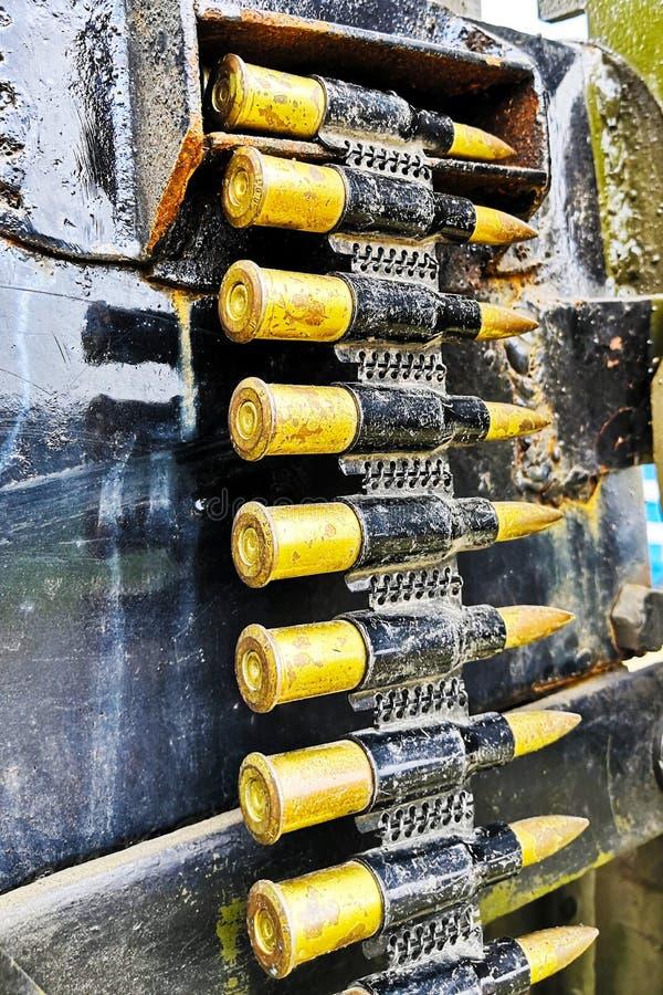 La cinta con las disposiciones de la munición de MG de la ametralladora balas, munición imagenes de archivo