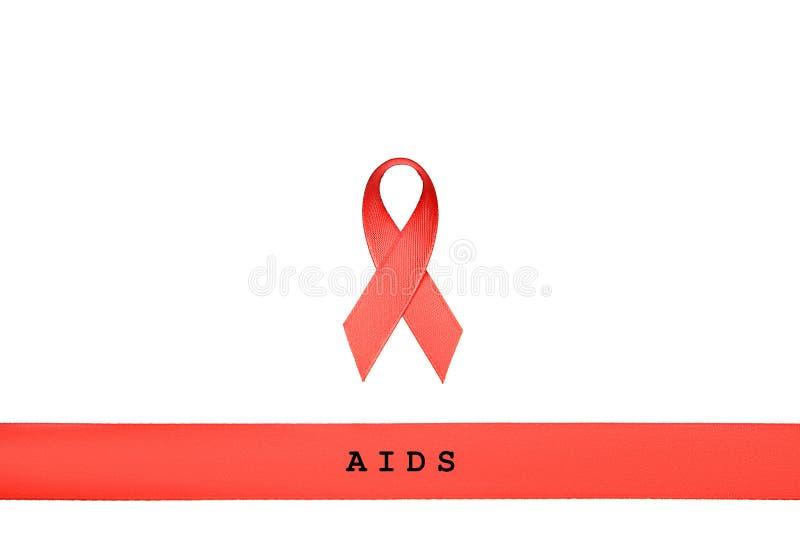 La cinta roja con las palabras AYUDA, VIH, SIDA en el fondo blanco fotografía de archivo