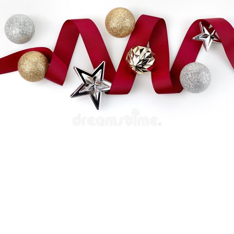 La cinta roja de la Navidad adorna con las bolas de plata del ornamento del brillo ilustración del vector