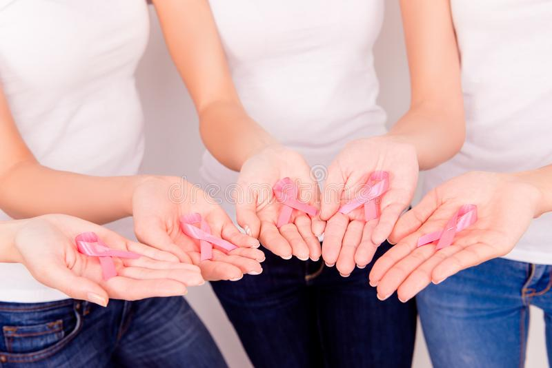 La cinta rosada para la conciencia del cáncer de pecho, aumento simbólico awaren fotos de archivo libres de regalías