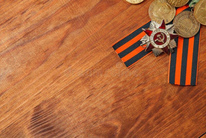 La cinta y las medallas de George para la victoria sobre Alemania en la tabla imagen de archivo