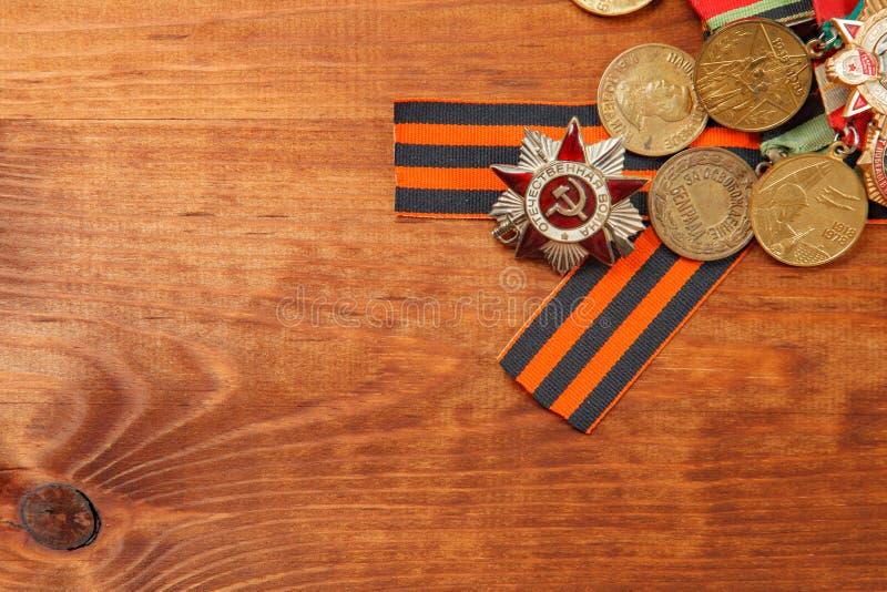 La cinta y las medallas de George para la victoria sobre Alemania en un de madera foto de archivo libre de regalías