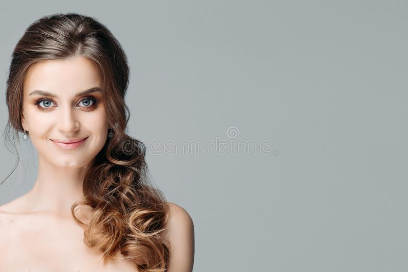 La cintura encima del retrato de la muchacha bonita preciosa en ropa interior con el pelo rizado largo asombroso y perfecciona oj fotos de archivo