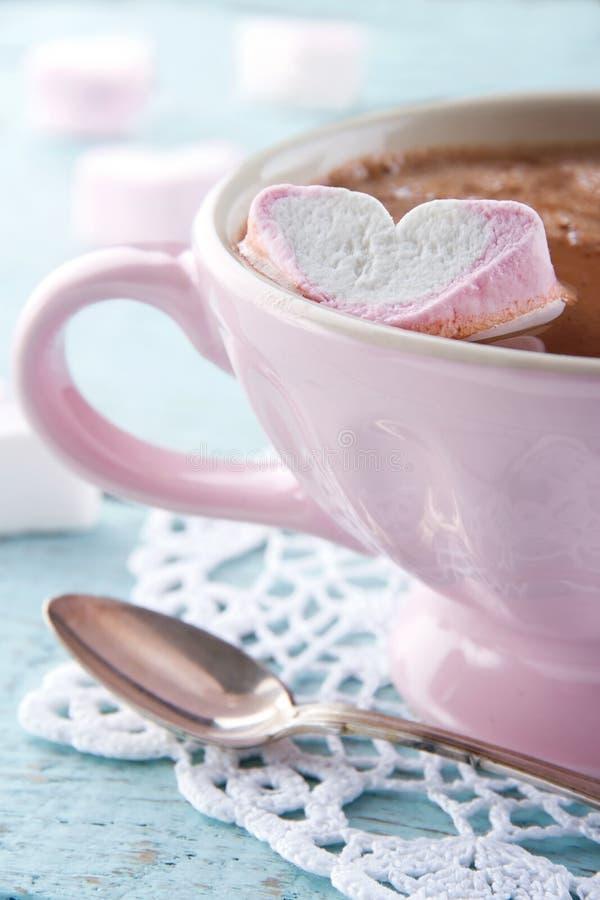 Cioccolata calda in una tazza di rosa dell'annata fotografie stock libere da diritti