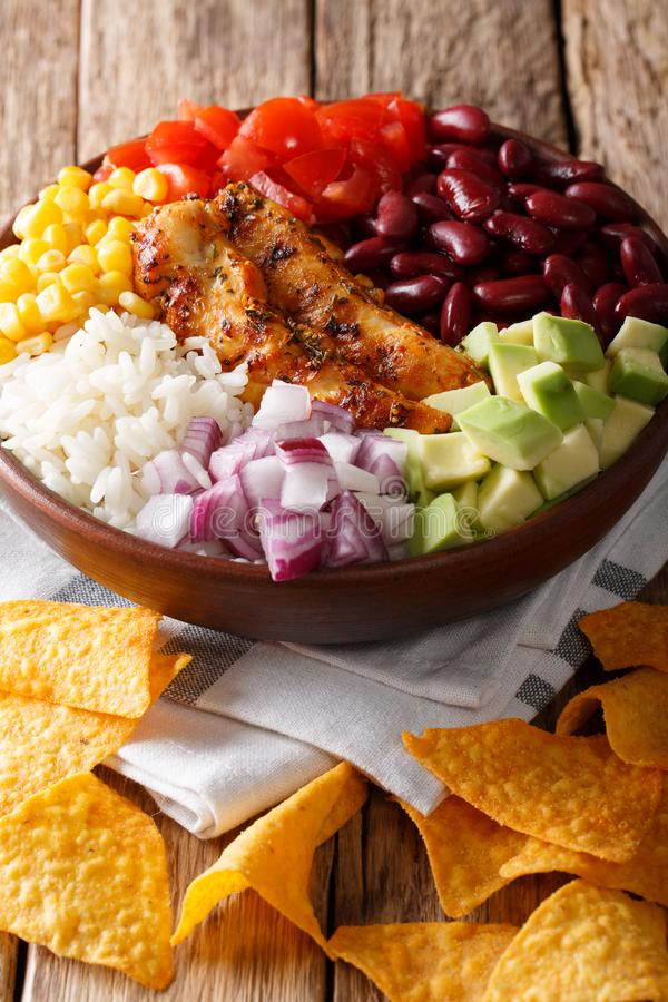 La ciotola del burrito con il pollo ha grigliato, riso e verdure, anche nac immagine stock