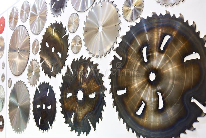 La circolare ha visto le lame della macchina per legno in deposito immagine stock