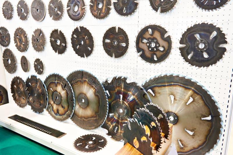 La circolare ha visto le lame della macchina per legno in deposito fotografia stock libera da diritti