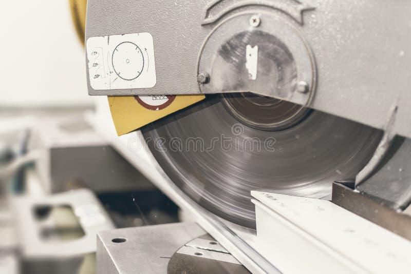 La circolare ha visto tagliare la fine di profilo del PVC La finestra di plastica e fa fotografie stock
