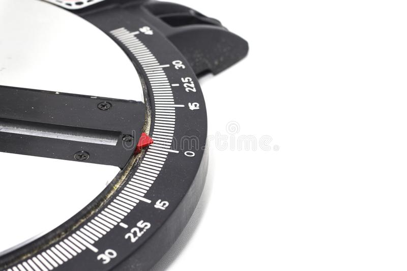 La circulaire de mitre a vu sur la mitre blanche de fond scie la lame sur les outils d'un charpentier blanc de main de fond photo libre de droits