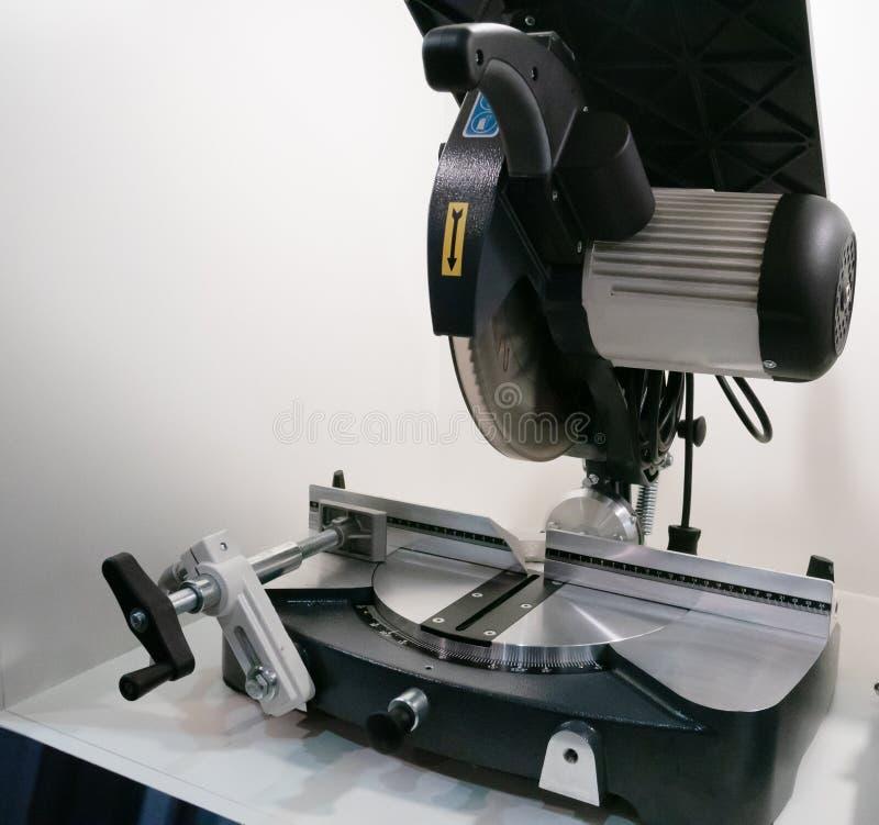 La circulaire industrielle a vu sur la table pour le travail du bois ou les projets à la maison de métier de DIY photo libre de droits