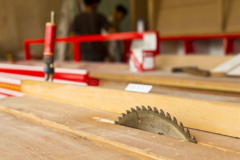 La circulaire scie la lame pour le travail du bois photos libres de droits