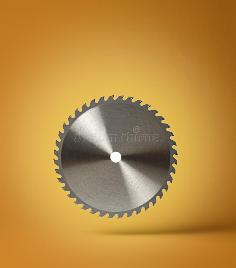 La circulaire scie la lame sur un fond orange images libres de droits
