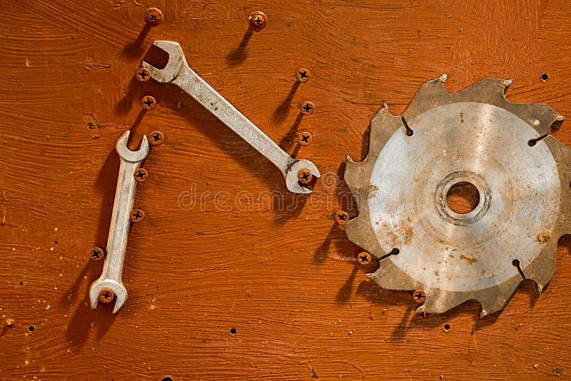 La circulaire scie la lame et les clés photographie stock