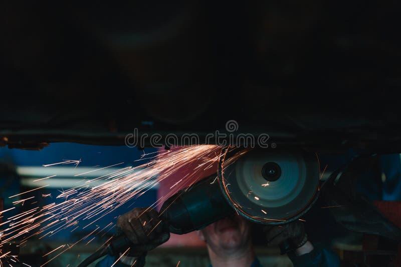 La circulaire a vu l'acier de coupe avec le feu de fente images stock