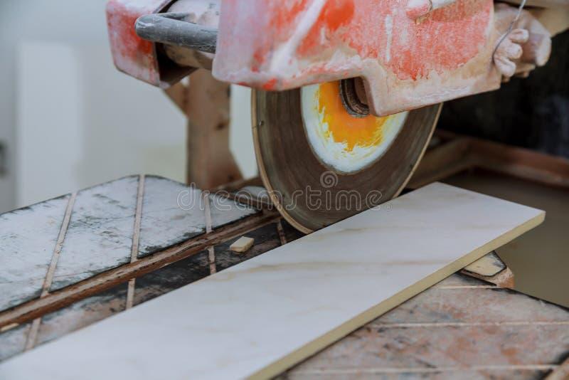 La circulaire a vu que coupant l'électro de carreau de céramique a vu sur la construction photo stock