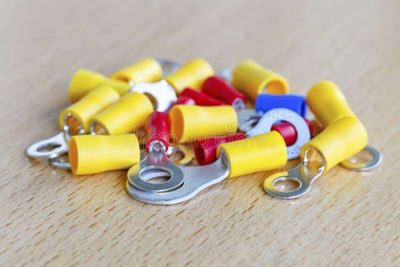La circular coloreada pre-aisló extremos del cordón en el primer de la tabla imagen de archivo libre de regalías