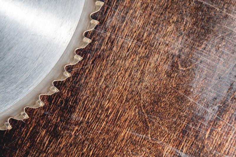 La circular usada primer de la cuchilla vio en el fondo de la tabla de madera Verscak Taller para la producción de madera imágenes de archivo libres de regalías