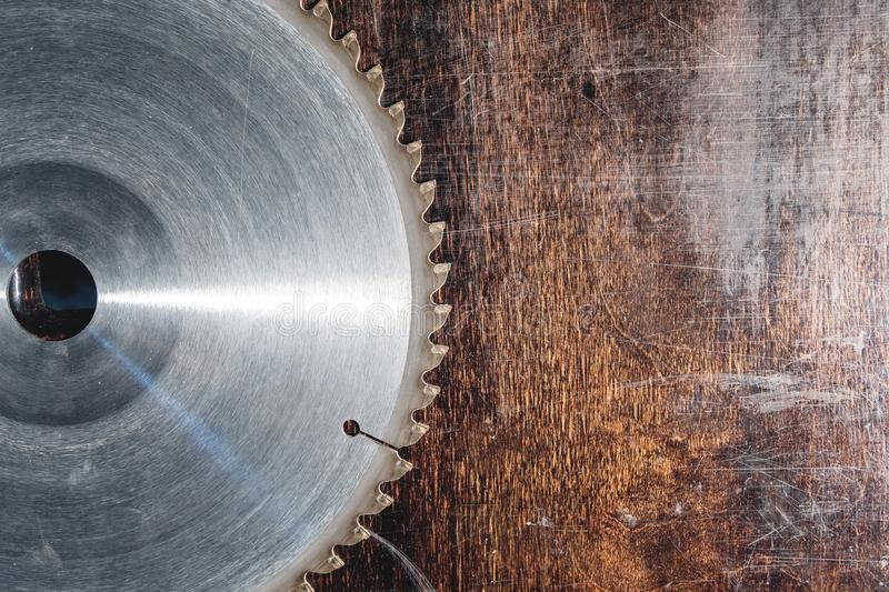 La circular usada primer de la cuchilla vio en el fondo de la tabla de madera Verscak Taller para la producción de madera fotografía de archivo libre de regalías