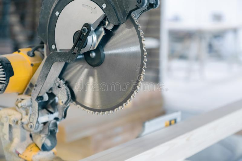 La circular vio en la producción Disco grande con los dientes agudos fotografía de archivo