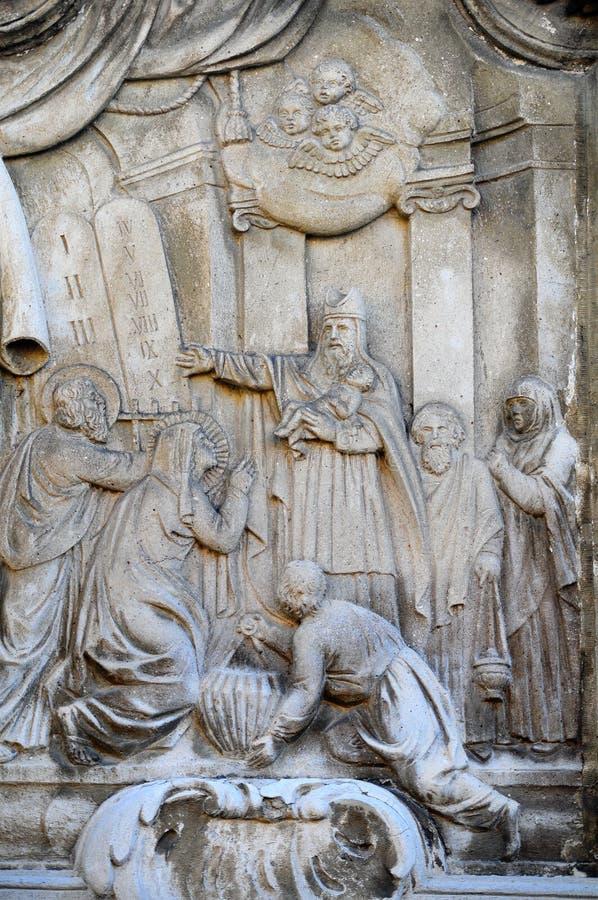 La circuncisión pequeño Jesús talló en piedra fotos de archivo