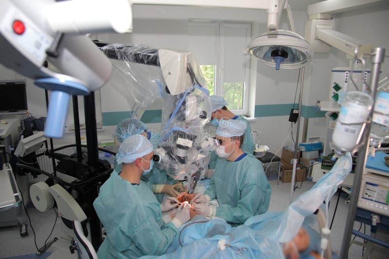 La cirug?a para coser la mu?eca el equipo de neurocirujanos y los traumatologists restaura la mano foto de archivo
