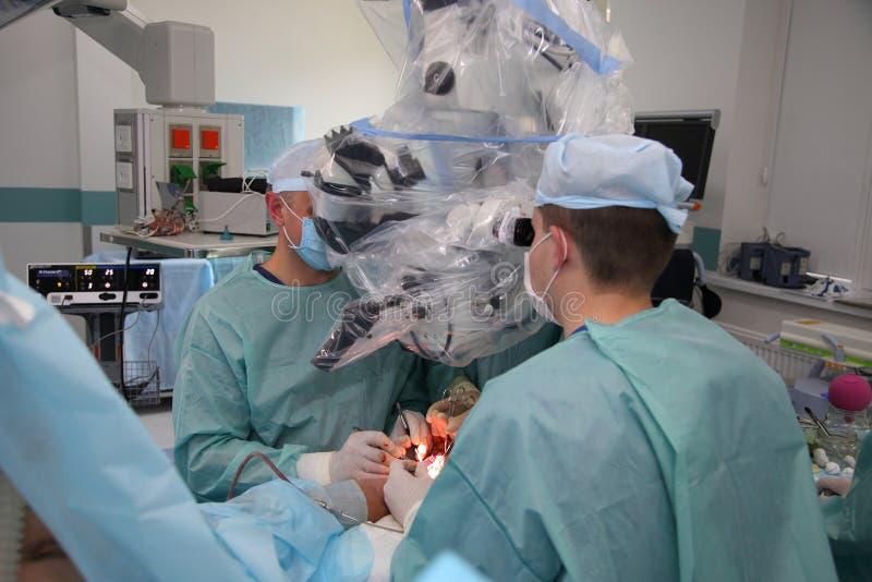 La cirug?a para coser la mu?eca el equipo de neurocirujanos y los traumatologists restaura la mano fotografía de archivo libre de regalías