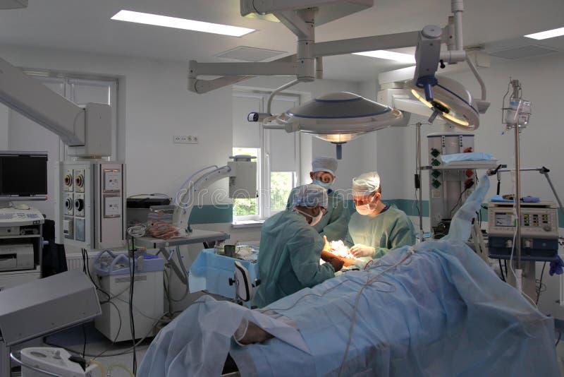 La cirug?a para coser la mu?eca el equipo de neurocirujanos y los traumatologists restaura la mano imagen de archivo