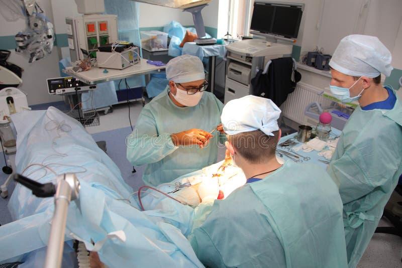 La cirug?a para coser la mu?eca el equipo de neurocirujanos y los traumatologists restaura la mano fotos de archivo libres de regalías