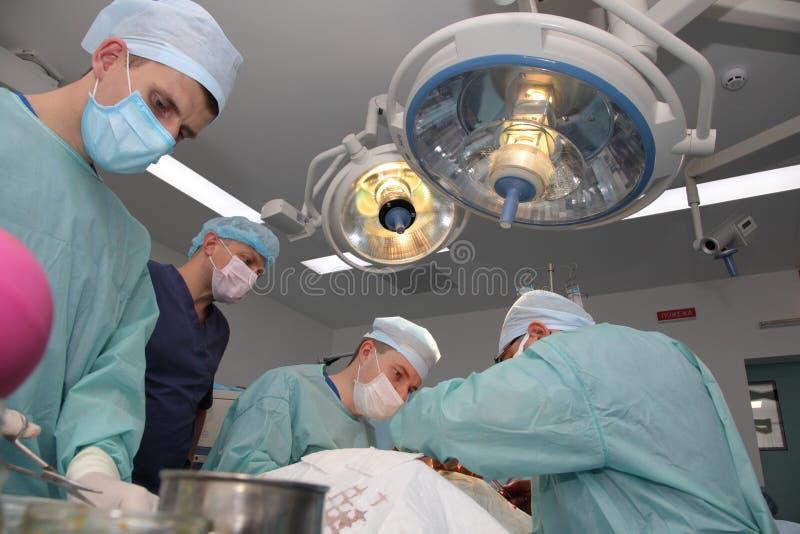 La cirug?a para coser la mu?eca el equipo de neurocirujanos y los traumatologists restaura la mano fotografía de archivo