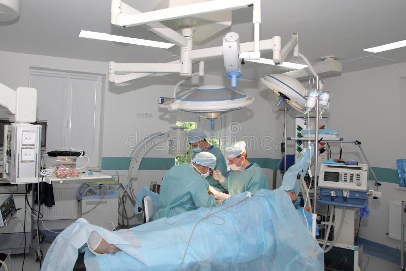 La cirug?a para coser la mu?eca el equipo de neurocirujanos y los traumatologists restaura la mano imágenes de archivo libres de regalías