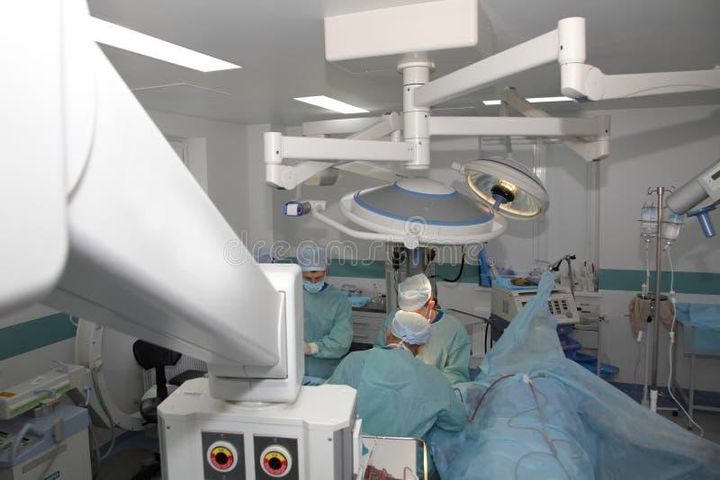 La cirug?a para coser la mu?eca el equipo de neurocirujanos y los traumatologists restaura la mano imagenes de archivo