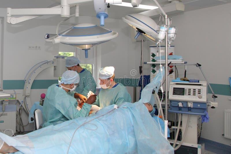 La cirug?a para coser la mu?eca el equipo de neurocirujanos y los traumatologists restaura la mano foto de archivo libre de regalías
