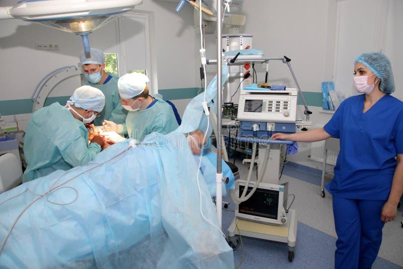 La cirug?a para coser la mu?eca el equipo de neurocirujanos y los traumatologists restaura la mano imagen de archivo libre de regalías