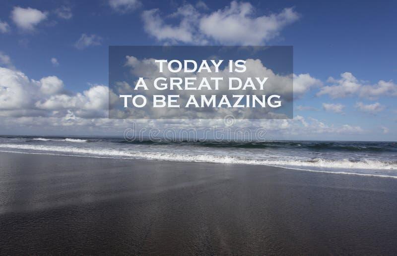 La cita de motivación inspirada es hoy un gran día a ser asombroso Con el cielo azul hermoso, las nubes blancas y la playa arenos foto de archivo libre de regalías