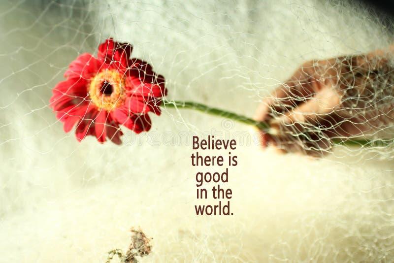 La cita inspirada cree que hay bueno en el mundo Fondo del concepto de la flor del ser humano y de la naturaleza foto de archivo libre de regalías