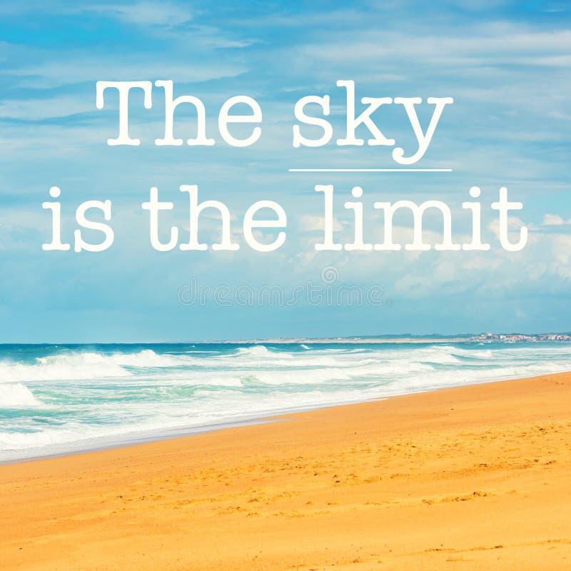 La cita inspirada de la motivación el cielo es el límite fotografía de archivo