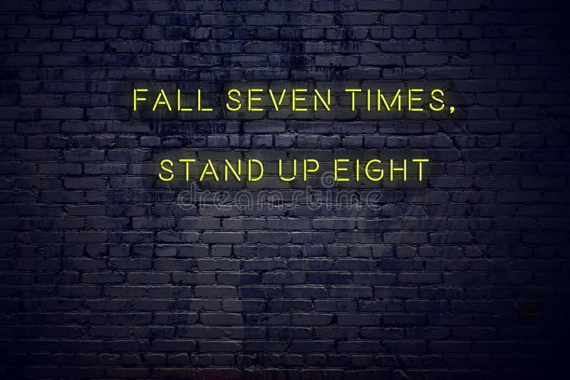 La cita inspiradora positiva en señal de neón contra caída de la pared de ladrillo siete veces se levanta ocho stock de ilustración