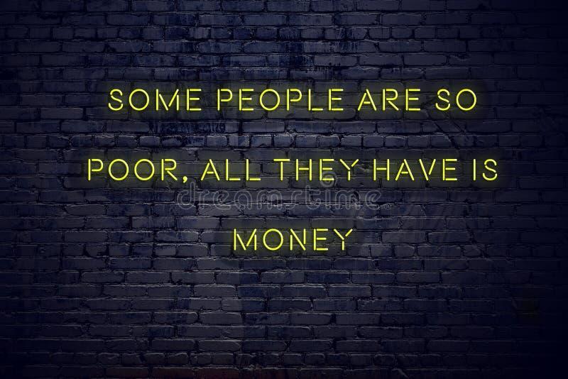 La cita inspiradora positiva en señal de neón contra la pared de ladrillo algunas personas es tan pobre todos lo que tienen son d fotografía de archivo