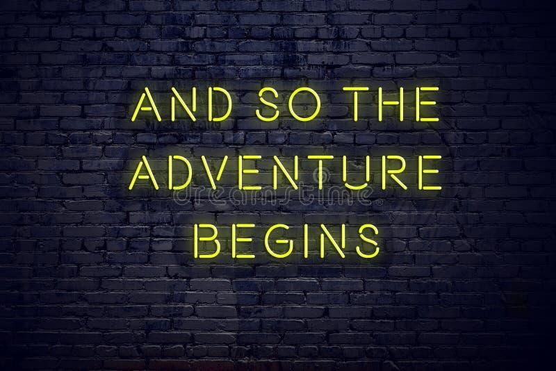La cita inspiradora positiva en señal de neón contra la pared de ladrillo y así que la aventura comienza ilustración del vector
