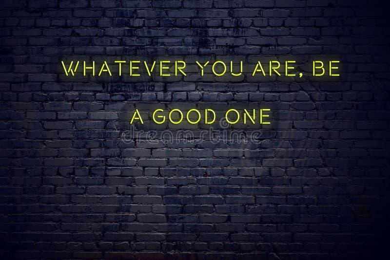 La citation de inspiration positive sur l'enseigne au néon contre le mur de briques celui qui vous soyez soit bonne illustration libre de droits