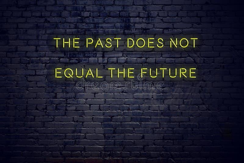 La citation de inspiration positive sur l'enseigne au néon contre le mur de briques le passé n'égale pas l'avenir illustration libre de droits