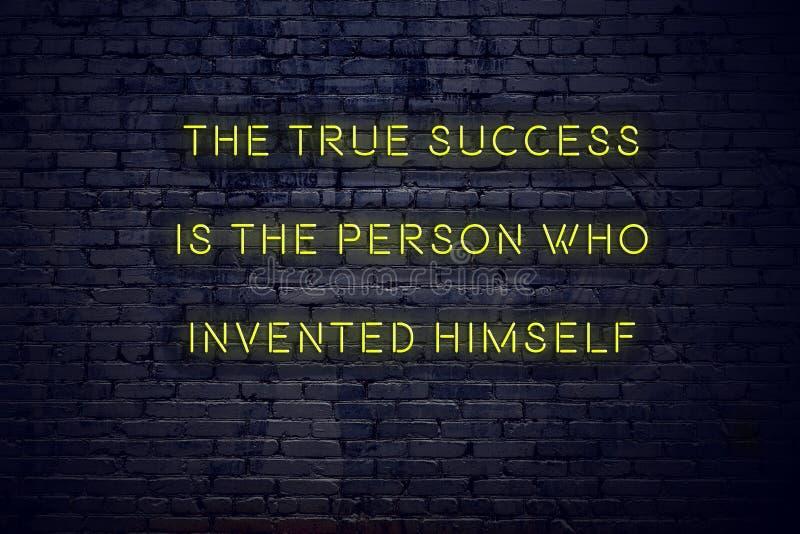 La citation de inspiration positive sur l'enseigne au néon contre le mur de briques le succès vrai est la personne qui s'est inve photo libre de droits