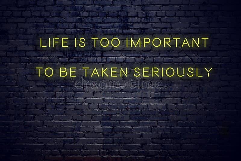 La citation de inspiration positive sur l'enseigne au néon contre la vie de mur de briques est trop importante pour être prise au images stock
