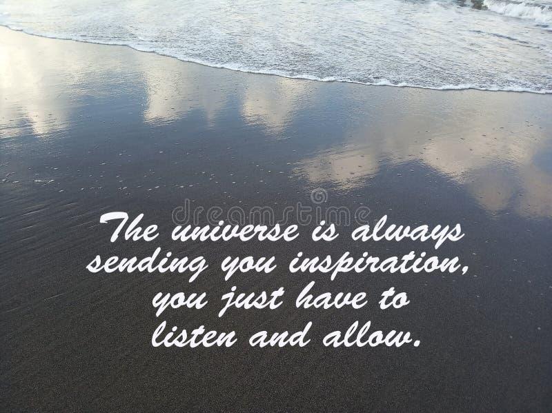 La citation inspirée l'univers t'envoie toujours l'inspiration, vous juste devez écouter et laisser Avec l'écoulement de vagues,  images stock