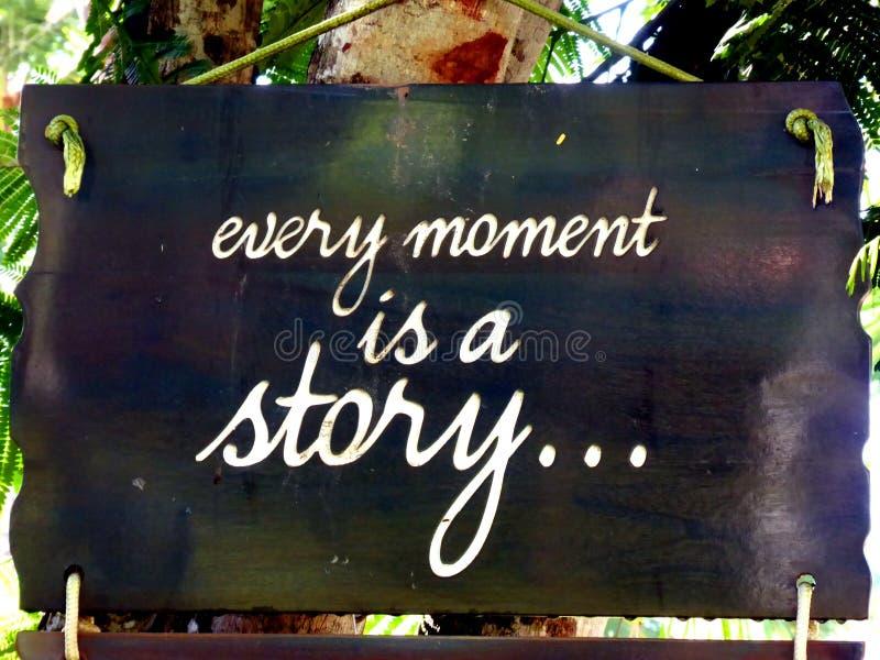 La citazione ispiratrice di motivazione ogni momento è una storia su un sospiro che appende nell'albero fotografia stock