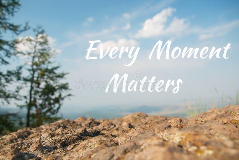 La citazione ispiratrice di motivazione, ogni momento importa, con il bello fondo del paesaggio fotografia stock libera da diritti