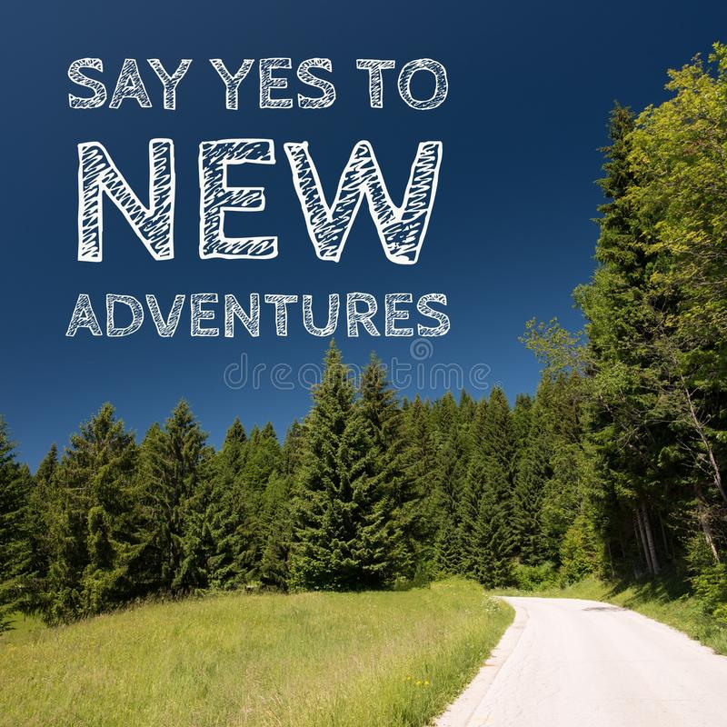 La citazione ispiratrice di motivazione sul fondo naturale del paesaggio, dice sì alle nuove avventure immagini stock libere da diritti