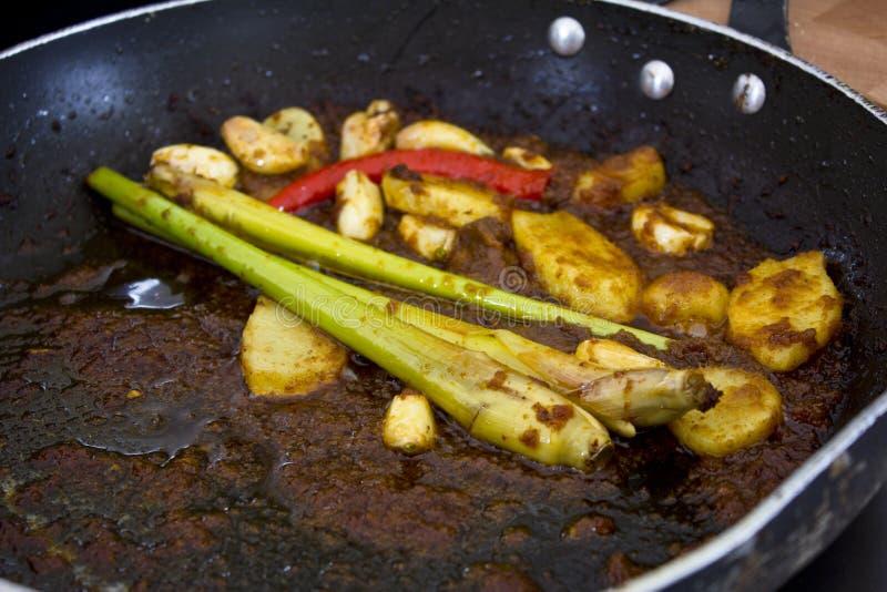 La citronella e lo zenzero in una padella hanno fritto in salsa piccante fotografia stock